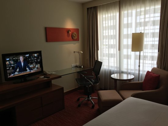 Courtyard by Marriott Bangkok: cable tv and arm chair