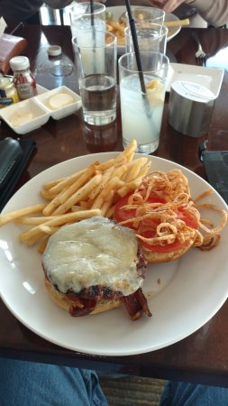 Vu : Bacon, swiss, straw onions and fries