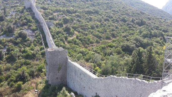 Ston, Kroatien: Вид на стену в начале пути
