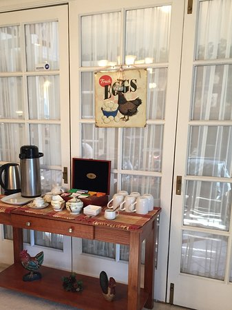 The Speckled Hen Inn: Coffee and tea service
