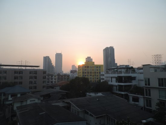 Bangkok Loft Inn: Bangkok sunrise from fourth floor