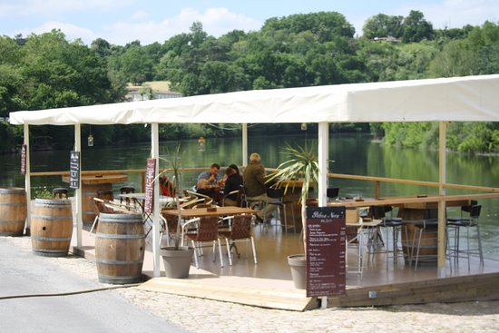 Pessac-sur-Dordogne, France: Terrasse en bord de Dordogne