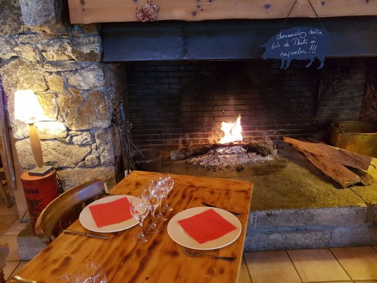 Vallorcine, Francia: Cozy fire on a bitter winter`s day