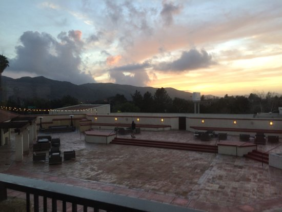 Buellton, كاليفورنيا: The spacious room and a view of the mountains.