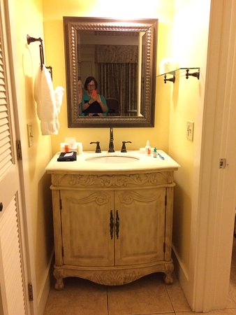 Bayfront Inn: Sink in alcove outside of bathroom with tub/shower. Nice tile.