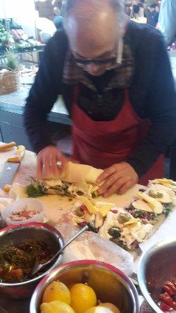 Caseificio Borderi : Un rotolo farcito di formaggio viene messo sulla base del panino, che da grande diventa... enorm