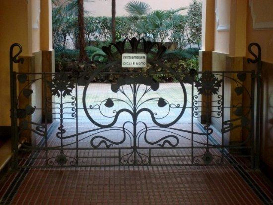 Cancello in ferro battuto - Foto di Casa Frisia, Milano - TripAdvisor