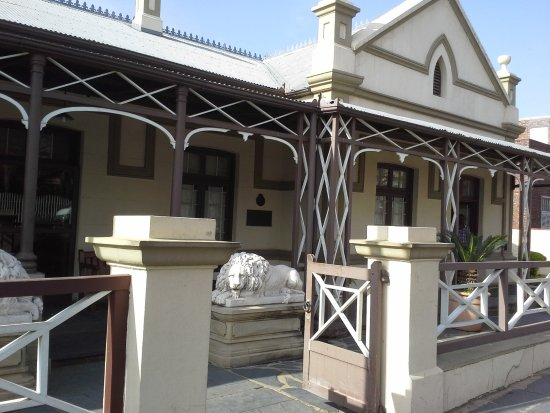 President Paul Kruger House : Entrance to Paul Kruger House, with lion statues on porth