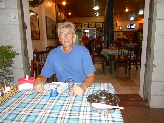 Dara Reang Sey Hotel Phnom Penh: Hotellets matsal utom och inomhus.