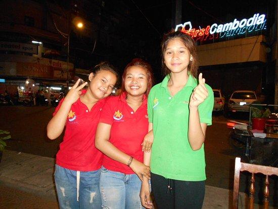 Dara Reang Sey Hotel Phnom Penh: Hotellpersonalen spexar vid mitt middagsbord (på begäran)