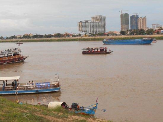 Dara Reang Sey Hotel Phnom Penh: Vid Tonle Sap floden 200 meter frn hotellet.