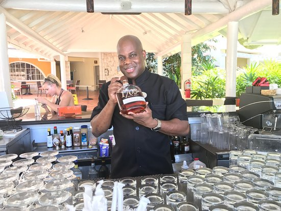 Paynes Bay, Barbados: Arden is a world-class mixologist and all-around helpful guy at the Tamarind!