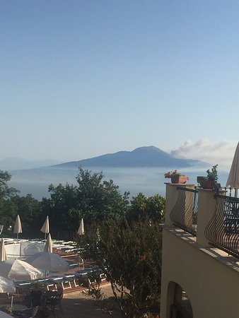 Grand Hotel Hermitage & Villa Romita: Morning Photo of the beautiful Mount Vesuvius from the hotel lobby area.