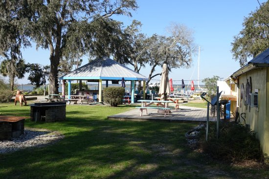 Daufuskie Island, Νότια Καρολίνα: The restaurant has plenty of outdoor seating and is dog and kid friendly