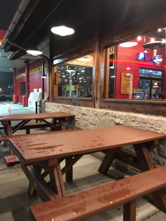 Round Rock, TX: Seating outside so you can enjoy the gas station, parking lot and nearby I-35 traffic.