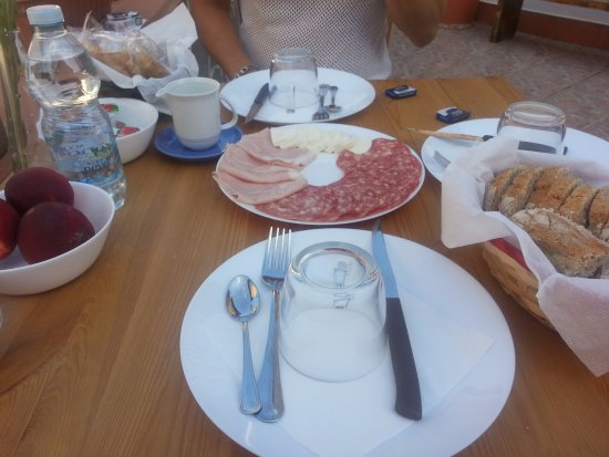 Signa, Italien: Very good breakfast served out on the big terass
