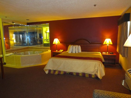 Rochelle, IL : One King Jacuzzi Suite