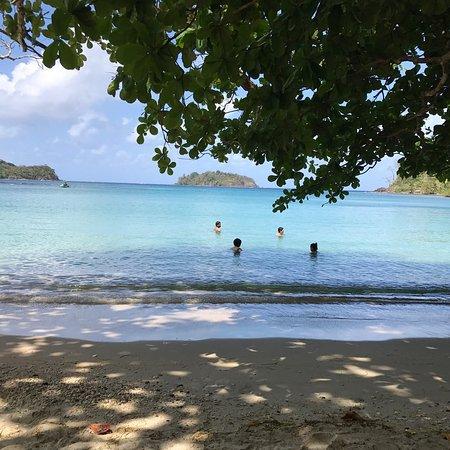 Portobelo, Panamá: Excelente lugar. Buena sombra por los árboles. Aguas cristalinas.