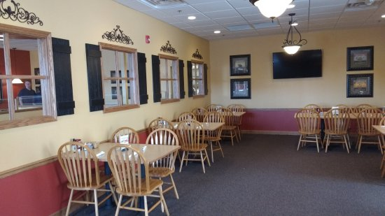 The Egg & I Restaurant: side room, clean, spacious, well lit with wall of windows