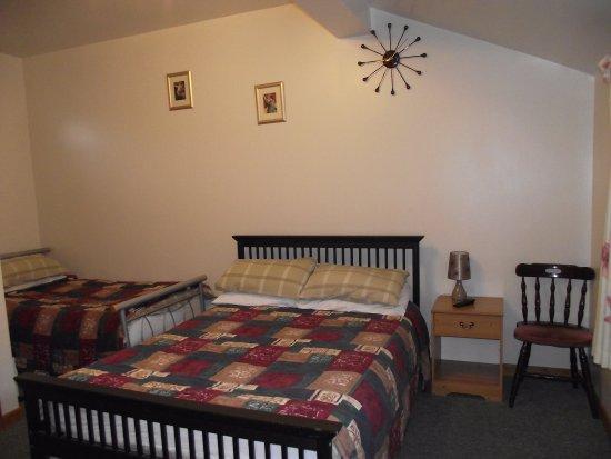 Nantwich, UK: A double with single bed en suite room - Ground floor