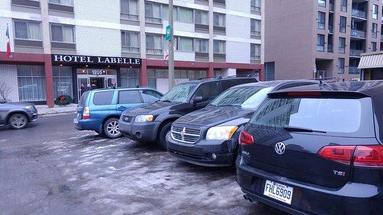 Hotel Les Suites Labelle : Parking devant l'hôtel