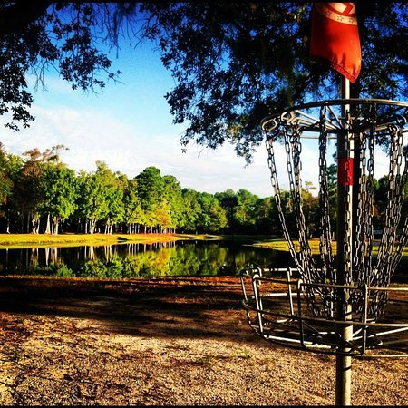 Johns Island, Carolina del Sur: Disc golf near the wakeboard cable park lake