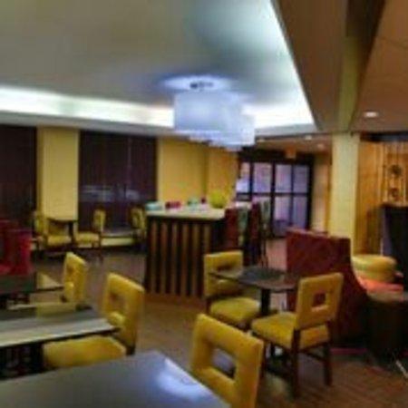 Hampton Inn Dallas North / I-35 East At Walnut Hill: Love the newly renovated lobby area!!!