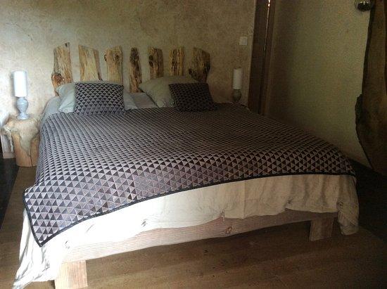 Serres, Francia: chambre décorée rustiquement