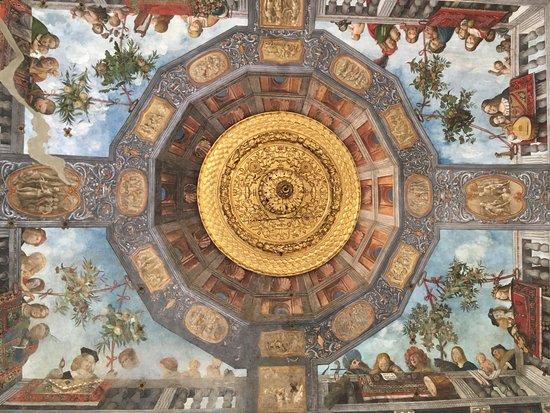 Palazzo di Ludovico il Moro (Palazzo Costabili): Museo di Spina, la sala del Tesoro con gli affreschi del Garofalo e un dettaglio di cratere atti