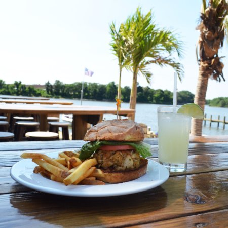 Glen Burnie, Maryland: Outdoor seating on the water