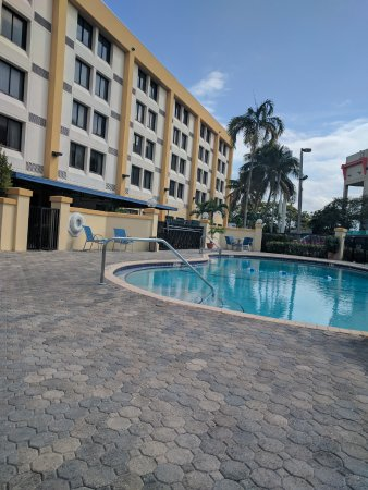 Holiday Inn Express Miami-Hialeah (Miami Lakes): overlooks the parking lot