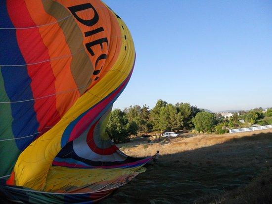 เตเมคูลา, แคลิฟอร์เนีย: getting ready to deflate and fold up balloon and transport back to take off area