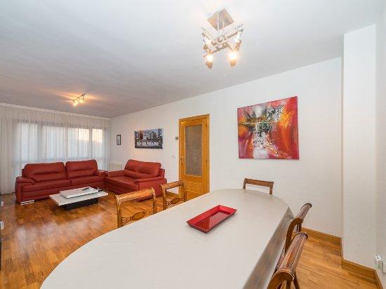 Gestión de alojamientos Rooms & Apartments: SALON COMEDOR LUMINOSO DE APARTAMENTO 4 DORMITORIOS