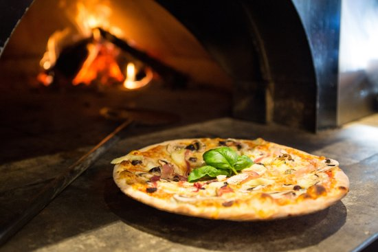 Richmond, Νέα Ζηλανδία: We use native hardwoods for our wood-fired pizza oven! Delicous!
