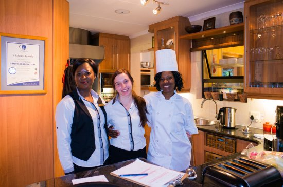 Kempton Park, Sydafrika: A view from the kitchen with the lovely staff