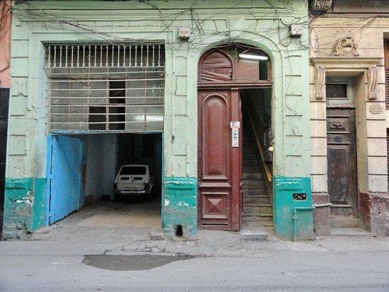 Casa Particular Ana y Chuchi: Set fra gaden