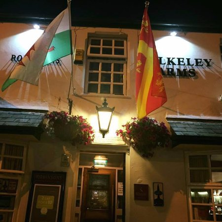 Menai Bridge, UK: front of building- well maintained hanging baskets and colourful flags!