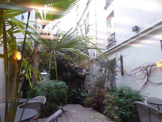 Le jardin picture of best western villa des artistes for Artistes de jardin