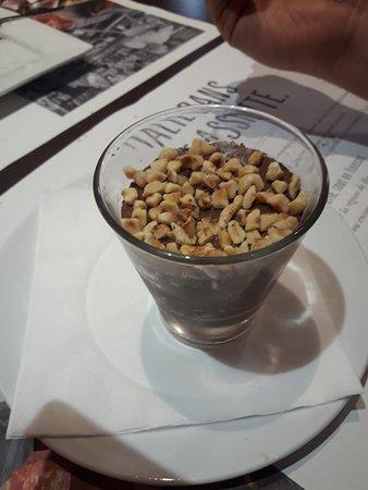 La Roche-sur-Yon, Francja: 1 dessert mousse chocolat avec noisettes tres bon et beau ramequin