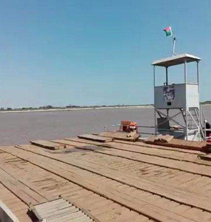 Belo Tsiribihina, Madagascar: Transbordador para cruzar el río Tsiribihina en Belo-sur-Tsiribihina