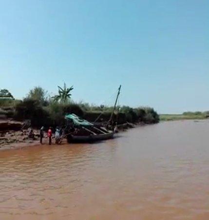 Belo Tsiribihina, Madagascar: La orilla del río Tsiribihina del lado de Belo