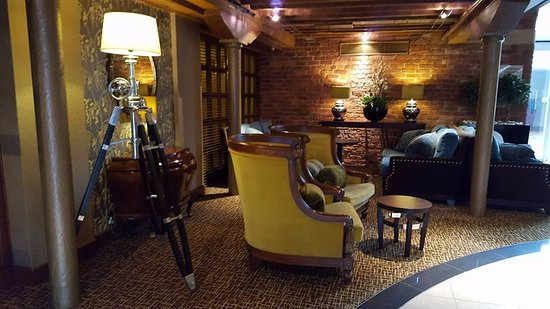 Manchester Marriott Victoria & Albert Hotel: Reception seating area