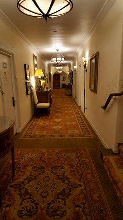 Four Seasons Resort The Biltmore Santa Barbara: Our hallway to our room (ocean side)