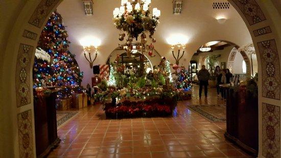 Four Seasons Resort The Biltmore Santa Barbara: Entry way to the hotel