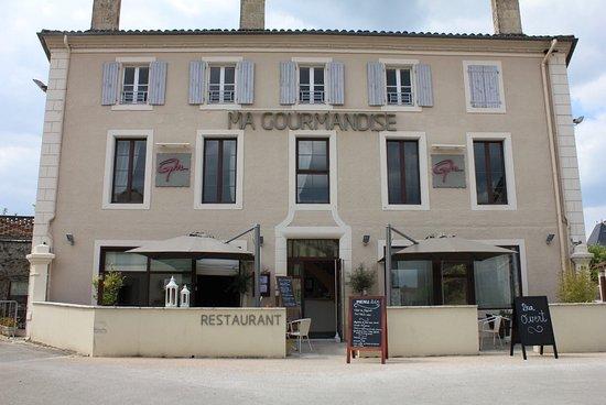 Arcais, Франция: Etablissement bien situé sur la place du village