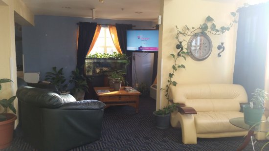 Pryor, OK: Entrance into the lobby featuring our television, comfortable seating, and a lovely fish tank.