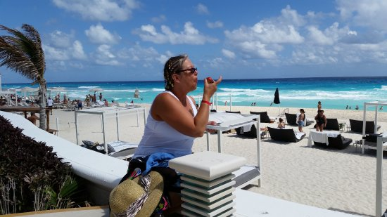 Sandos Cancun Luxury Resort: Cake by the ocean!!