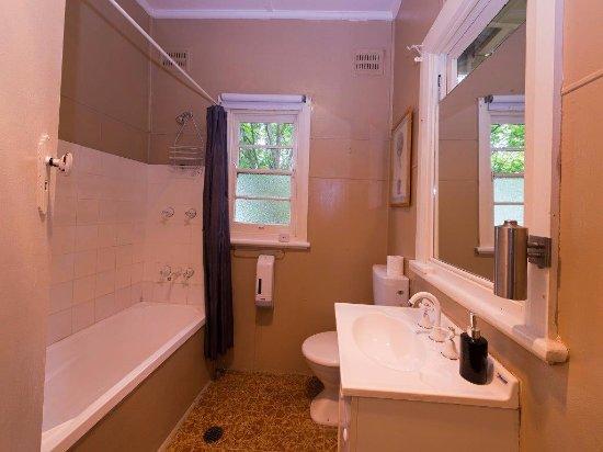 3 Sisters Motel: Cottage bathroom