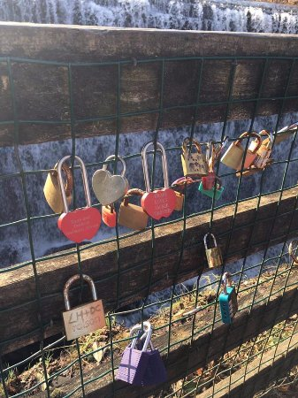 Giffnock, UK: Love lock bridge at the waterfall