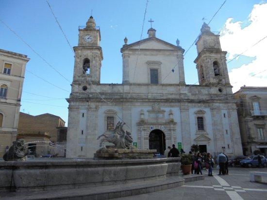 Caltanissetta, إيطاليا: La cattedrale che si affaccia sulla piazza